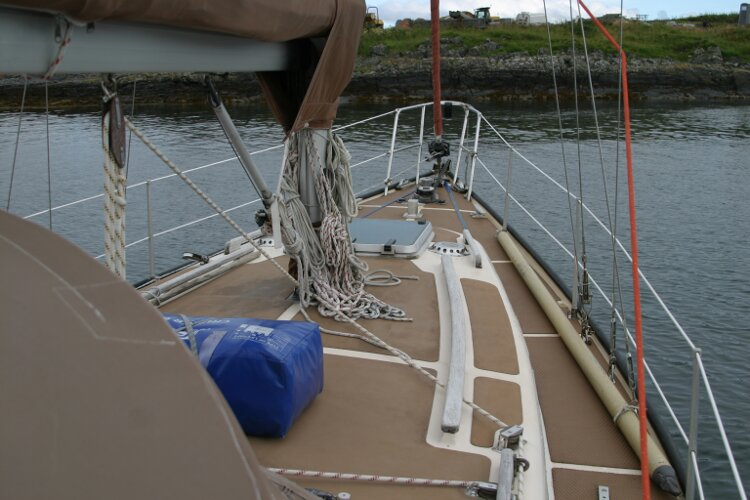 Bruce Roberts 34 Sailing Yachtfor sale Coachroof and fordeck from the starboard side. -