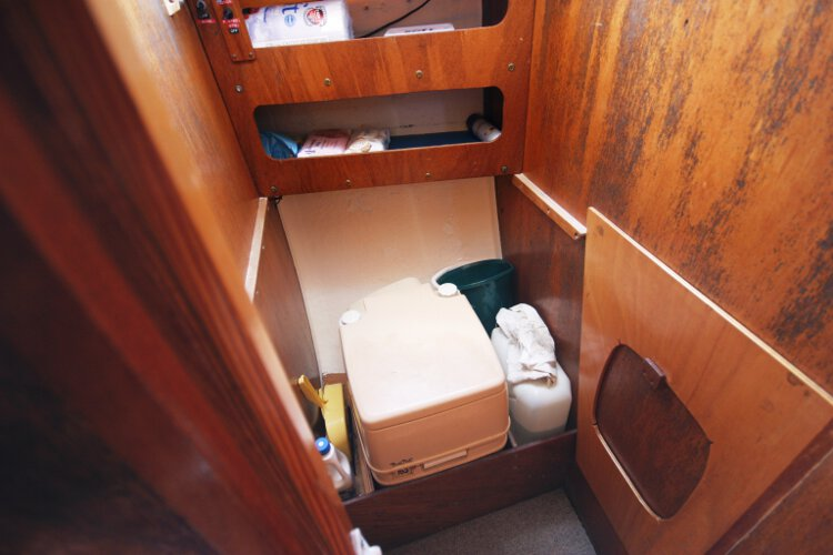 Colvic 26for sale The heads compartment - Located on the port side