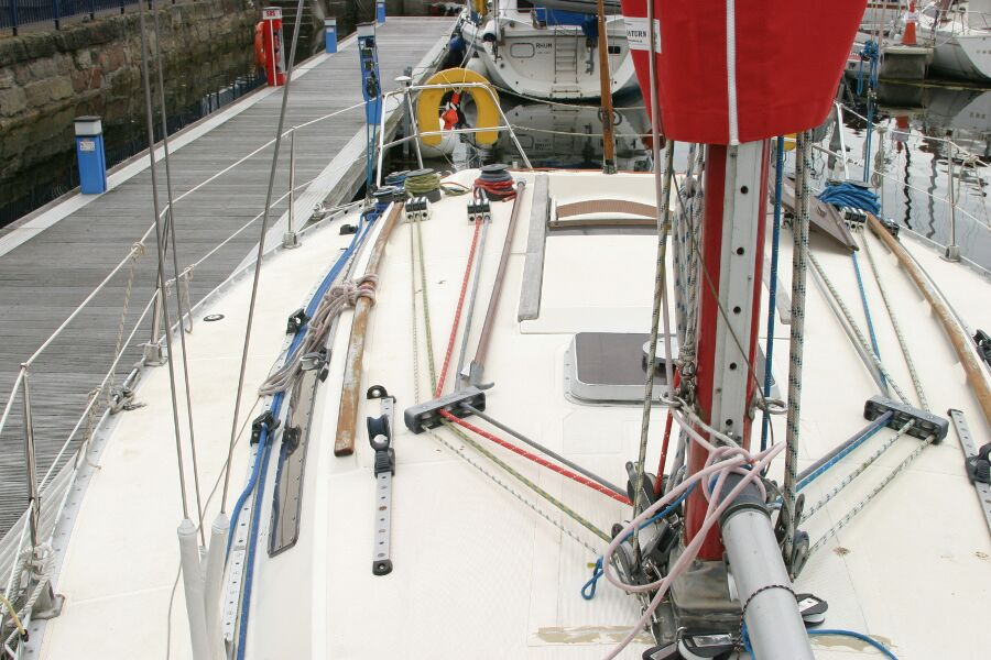 Jeanneau SunShine Regatta 38for sale Starboard moving aft -