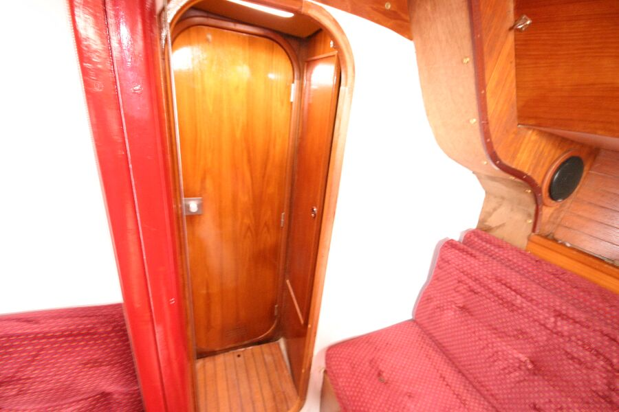 Jeanneau SunShine Regatta 38for sale Forward corridor  - door shut