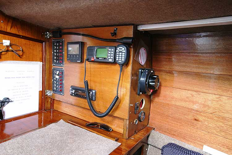 Bolero 35for sale The instruments - Located adjacent to the navigation table